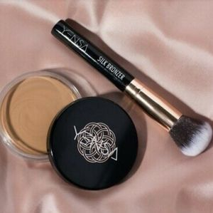 Nwt Yenza silk bronzer and brush set